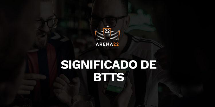 """um homem de óculos torcendo. Sobreposto à umagem, logo do Arena 22 e texto: """"Significado de BTTS"""""""