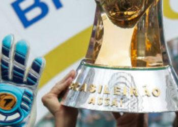 troféu do campeonato brasileiro sendo erguido pelos time campeão de 2018, Palmeiras. Brasileirão 2021