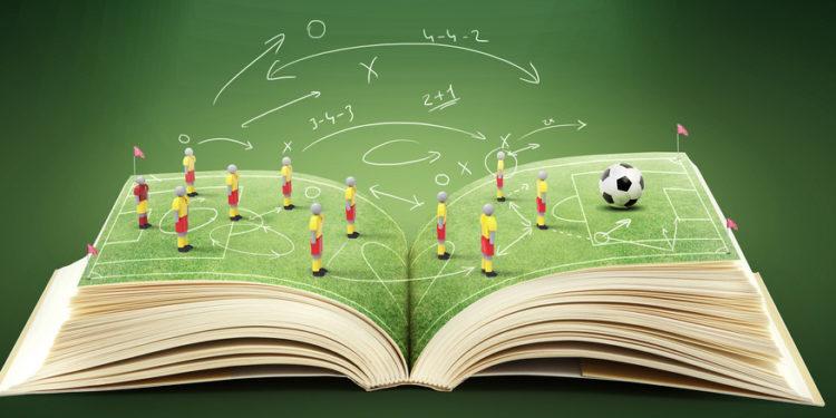 Um livro aberto com táticas de futebol. Fantasy Game
