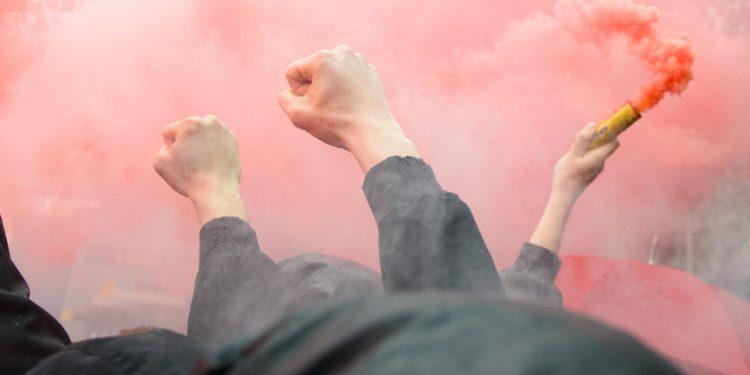torcedores de futebol com sinalizadores vermelhos. As maiores rivalidades do futebol