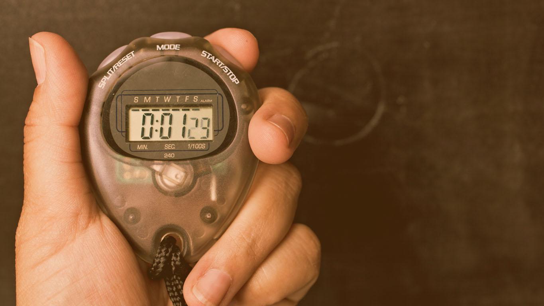 Treinador segurando um cronômetro.