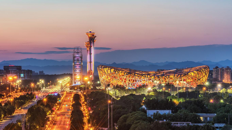 Pequim, China, 28 de junho de 2018: O ninho muito bonito do Estádio Nacional de Pequim ao pôr do sol. O Estádio Nacional Beijing Bird 's Nest é o local dos Jogos paraolímpicos de Pequim 2008,