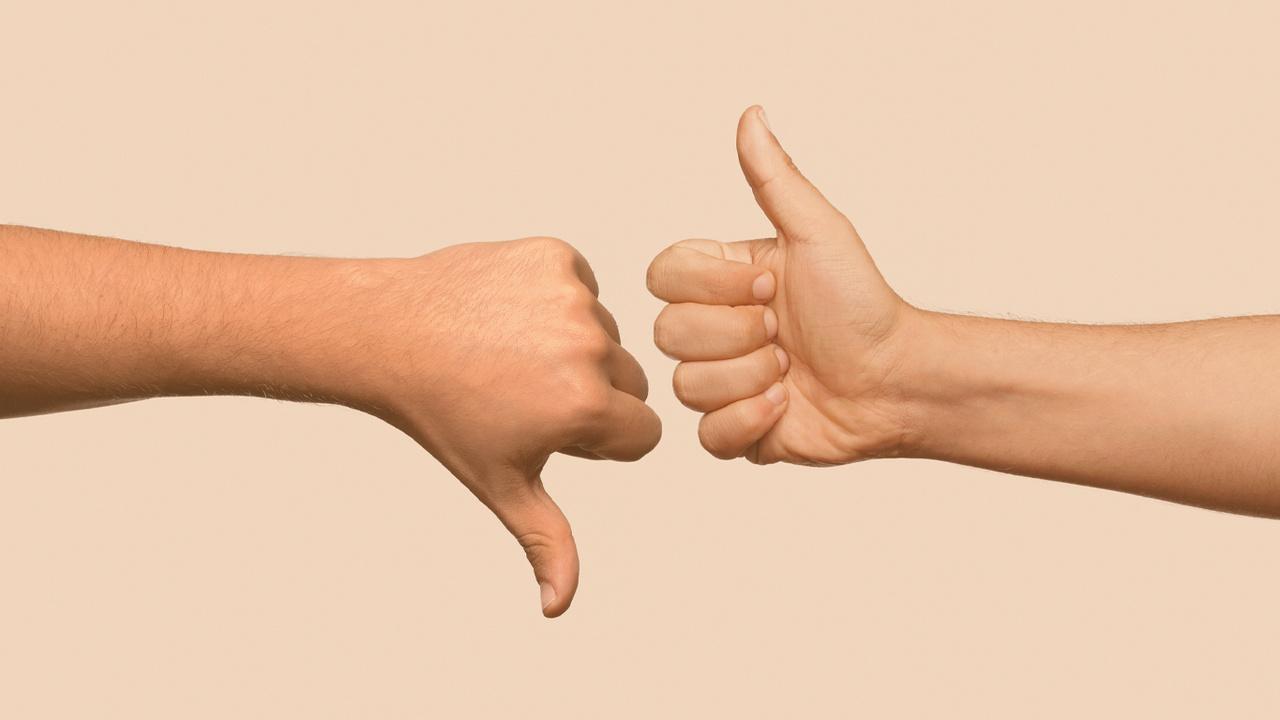 imagem com uma mão de polegar para cima e outra com polegar para baixo