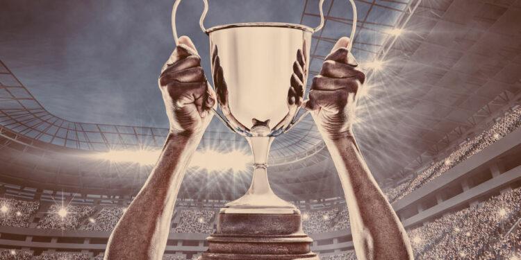 Quanto ganha o campeão do Brasileirão: Taça de campeonato suspensa no ar por jogador comemorando