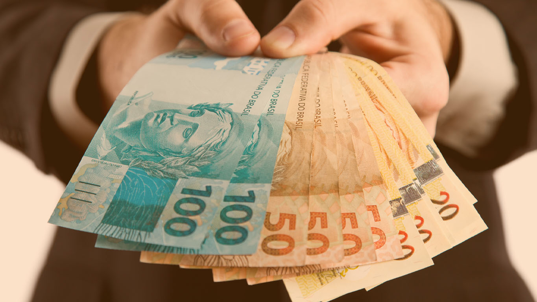 Homem de negócios, mostrando dinheiro brasileiro.
