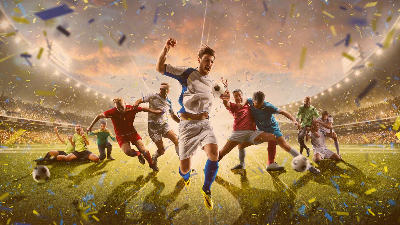 Colagem de jogadores de futebol adulto e infantil em ação no panorama de fundo do estádio