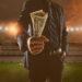 Apostas esportivas: empresário segurando uma grande quantidade de notas no estádio de futebol em segundo plano