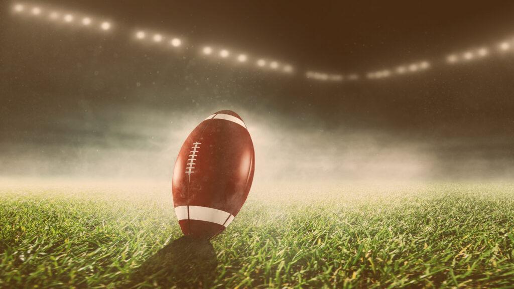 Bola de futebol americano no centro do campo
