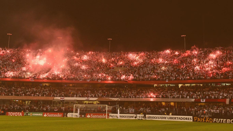 Torcida do São Paulo com sinalizadores vermelhos no estádio