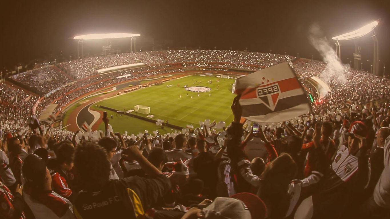 Estádio do Morumbi com torcida do São Paulo fazendo uma grande festa nas arquibancadas