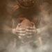 Regras do Futebol Americano: Jogador de futebol americano em um fundo escuro na fumaça em equipamento preto e laranja