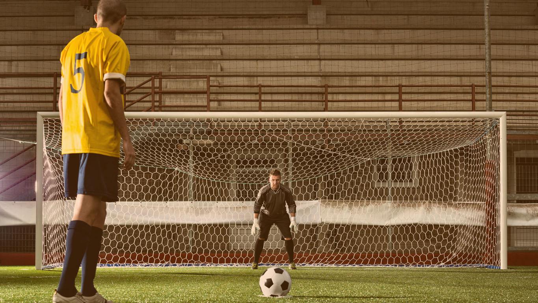 Jogo de futebol no estádio: pênalti