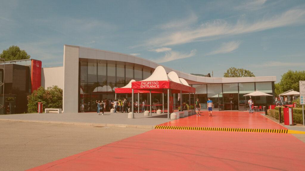 Maranello- Itália - 12 de junho de 2021: exterior do Museu da Ferrari