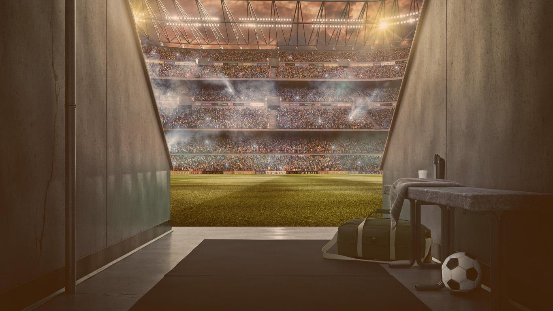 Vista para o estádio de futebol da zona dos jogadores. Estádio dramático com céu tempestuoso à noite.