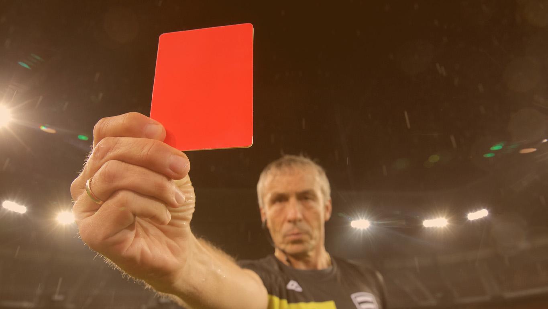 Regras da libertadores: Juiz levantando um cartão vermelho