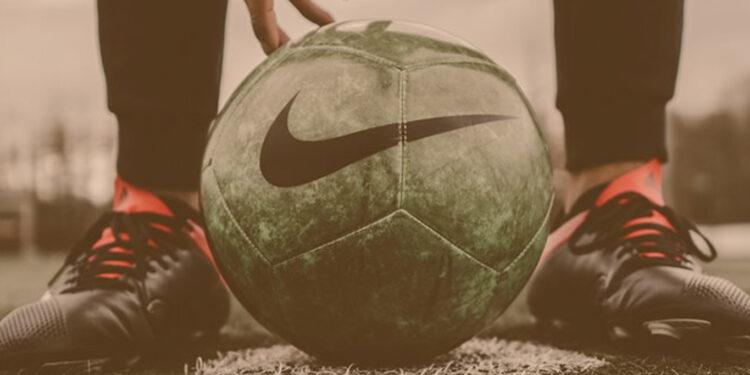 Times patrocinados pela nike: Logo da Empresa Nike em uma bola de futebol