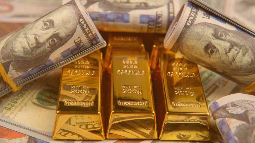 Muitos dólares e barras de ouro em uma mesa