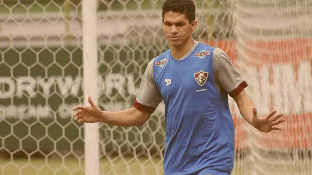Foto jogador Magno Alves treinamento em campo com a camisa do Fluminense