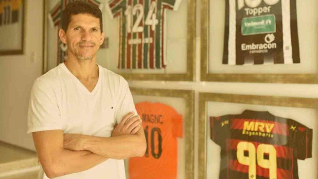 Jogador brasileiro mais velho em atividade: Jogador Magno Alves ao lado de algumas camisas de times em sua parede