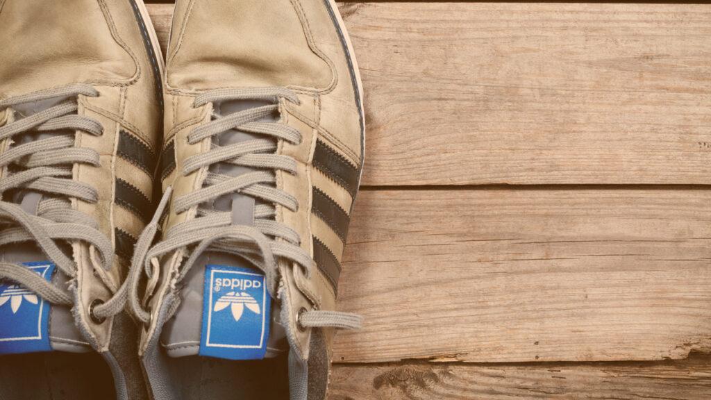 Times patrocinados pela adidas: Par de tênis velho da marca adidas