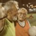 Jogador brasileiro mais velho em atividade: Três jogadores de futebol da terceira idade em campo se abraçando